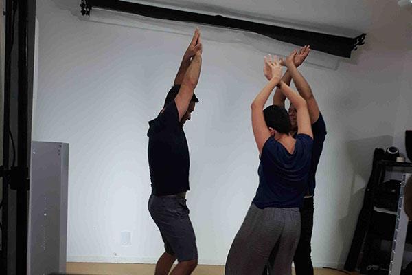 Técnica coloca atores para se exercitar diante da câmera ligada