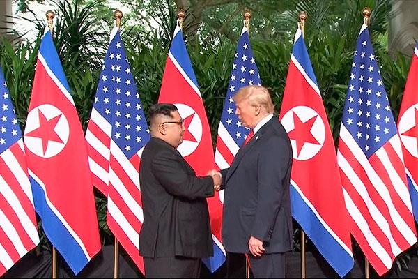 O presidente norte-americano Donald Trump e o ditador norte-coreano Kim Jong-un, apertam as mãos em Singapura