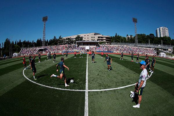 O treino aberto da Seleção Brasileira, exigência da FIFA, atraiu milhares de pessoas para o estádio Slava Metreveli, em Sochi