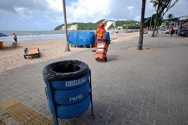 Moradores de Ponta Negra cobram fiscalização e placas que indiquem a proibição de jogar lixo na praia