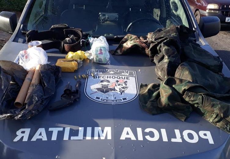 Coletes balísticos, roupas camufladas, armas e drogas também foram apreendidos na ocorrência