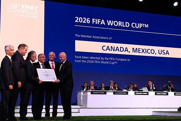 Comitê organizador da Copa do Mundo da América do Norte posa para fotos após o anúncio