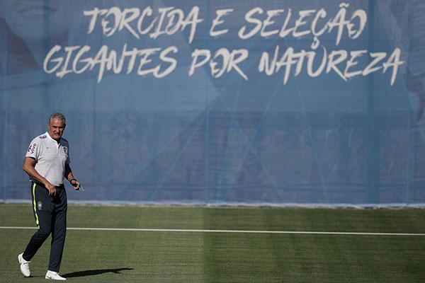 """O técnico da Seleção Brasileira, Tite planejou comandar um treino fechado do Brasil para definir, em segredo, os titulares para a estreia, mas acabou sendo """"traído"""" por um convidado da CBF"""