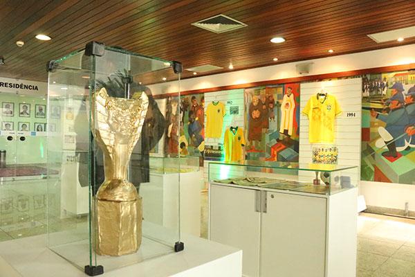 Acervo na Assembleia traz reproduções e peças oficiais da Copa: a réplica das taças Jules Rimet e Fifa, além coleção de camisas