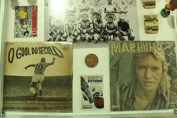 Publicações, moedas e selos comemorativos estão na exposição alusiva à Copa do Mundo