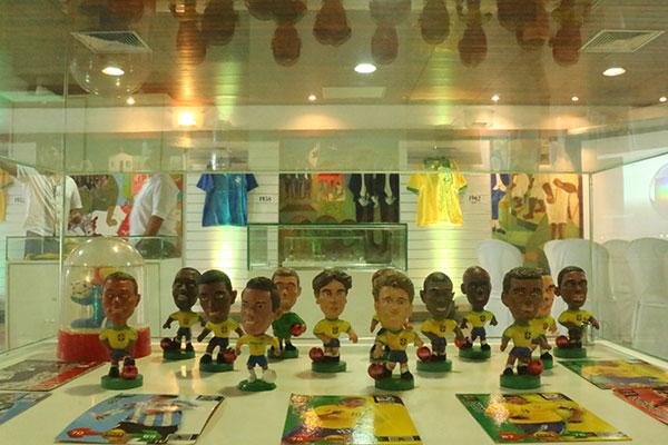 Miniaturas e postais lembram os vários craques que vestiram a camisa da seleção brasileira