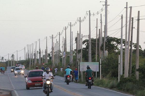 Concentração de postes vai da entrada do condomínio Central Park até o acesso à Estrada de Cajupiranga. A média é de um poste a cada 7 metros e 20 centímetros