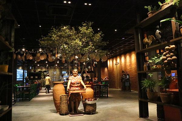Ambiente segue o padrão conhecido, com as estátuas sertanejas, muita madeira, e objetos regionais pendurados no teto