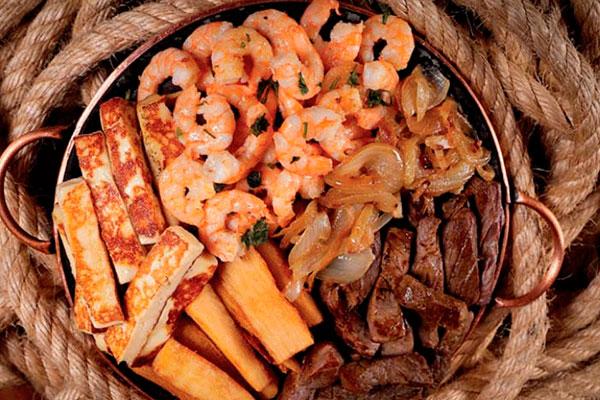Camarão com carne de sol na chapa é um dos pratos a la carte servidos no jantar