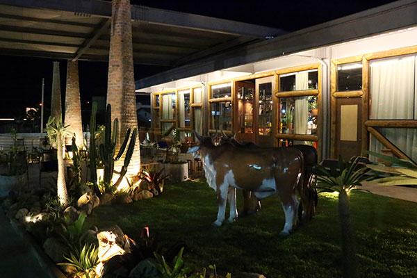 Esculturas realistas decoram a fachada do Mangai Praia