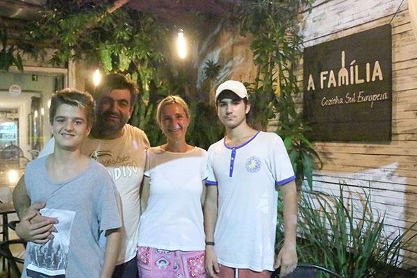 Maya, Igor e os dois filhos comandam o restaurante A Família. A casa desceu a ladeira e ocupa um espaço maior,na orla de Ponta Negra