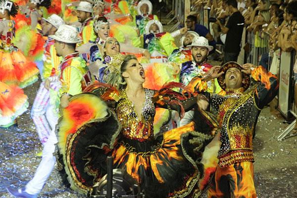 Quadrilhas juninas apresentam show de cores e danças