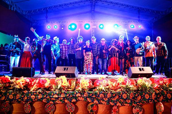Autores e jurados no palco: Incentivo a música autoral junina