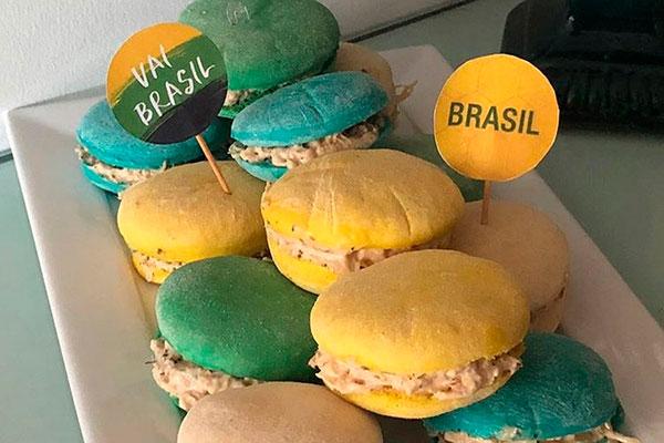 Os pães de hambúrguer verde-amarelo da Lírius Boutique dos Pães. A padaria também faz pães sírios e recheios