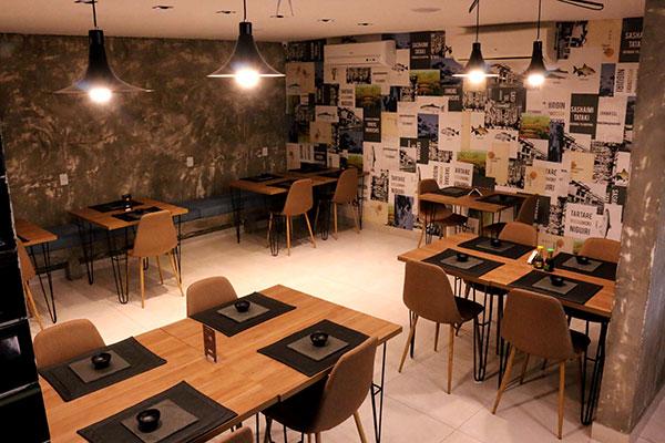 Arejado, salão único do Kojin abriga em torno de 30 pessoas