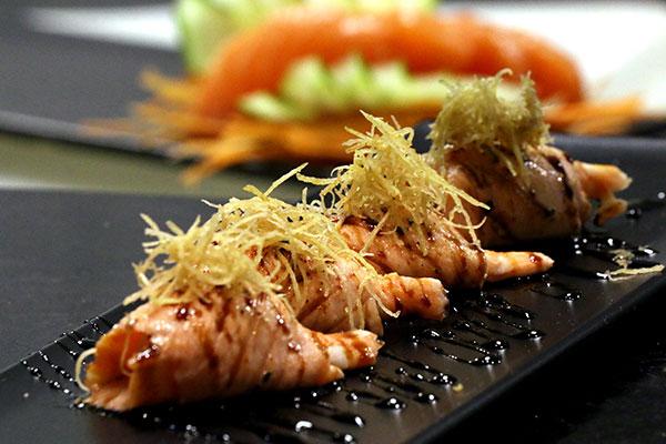 Os Ebi estão no menu: Camarão envolto no salmão e shitake