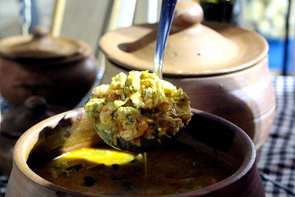 Menu da Nêga aposta na ancestralidade praieira: os ensopados de caranguejo e caldeirada de frutos do mar são sugestões
