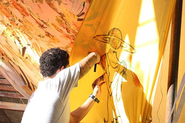 Artista cria um novo trabalho durante o Ateliê a Céu Aberto