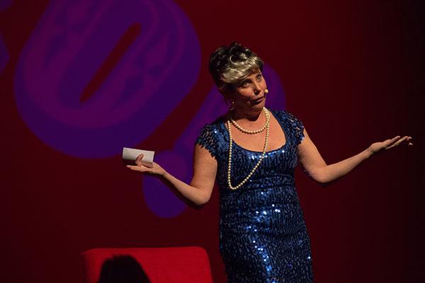 """Em """"Tiadoro Show"""", Heloisa Périssé é Dorotéia, uma senhora que criou uma técnica especial para driblar a pressão do dia a dia"""
