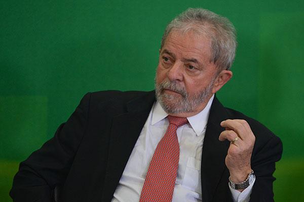 Luiz Inácio Lula da Silva reafirma que mantém a candidatura a presidente, apesar da prisão