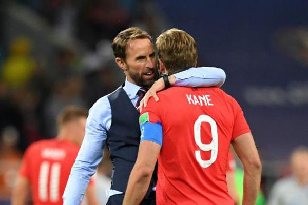 O técnico inglês Gareth Southgate abraça o seu artilheiro na Copa, Harry Kane