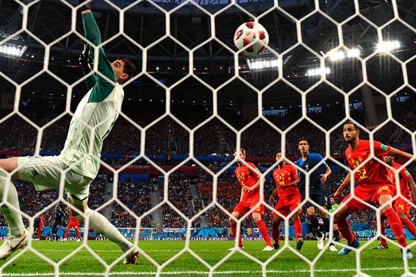 Apesar do tamanho, o goleiro belga Courtois não conseguiu segurar a bola desviada por Umtiti que deu a vitória aos franceses