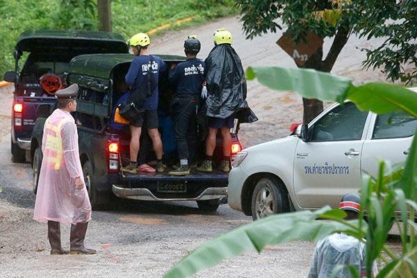 Especialistas em mergulho de diversas nações e membros da elite da Marinha tailandesa participaram do complexo resgate do time
