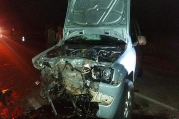 Acidente envolveu dois veículos e deixou duas pessoas mortas e outras três feridas