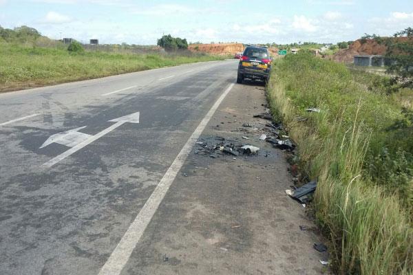 Fragmentos da colisão entre os dois carros ainda podem ser vistos na margem da BR-304