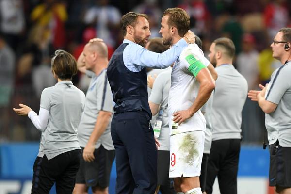 Harry Kane é consolado pelo treinador da Inglaterra, Gareth Southgate