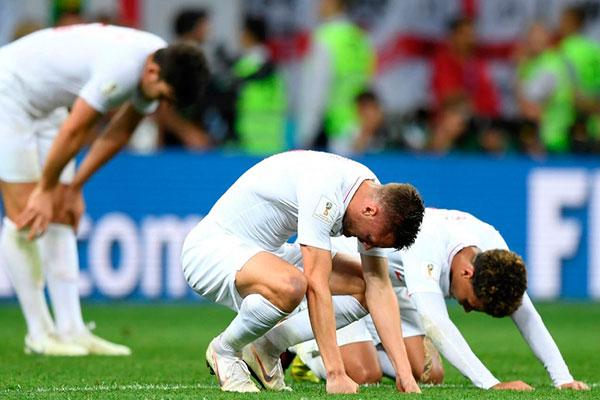 Os jogadores ingleses lamentaram a eliminação para a Croácia na fase semifinal da Copa, mas foram aplaudidos pelos torcedores