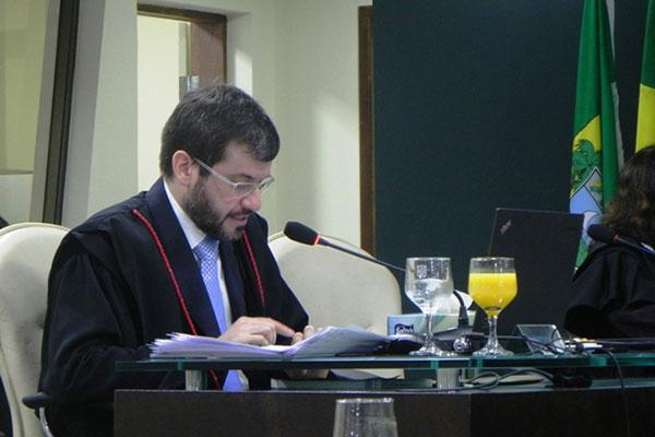 Conselheiro Carlos Thompson apresenta o relatório sobre a inspeção na folha da Assembleia