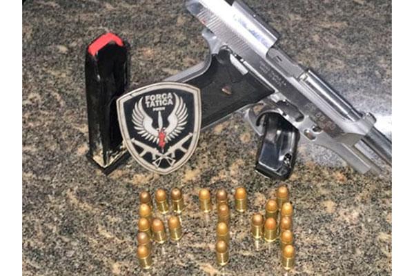 Pistola apreendida pelos policias com mais de 20 munições