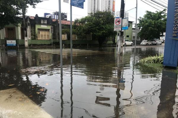 Avenida Afonso Pena alagada devido a forte chuva que cai na manhã desta quinta-feira