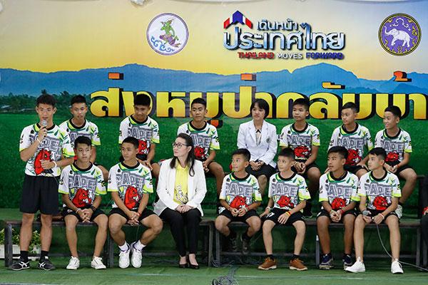 Dias após retirada da caverna na Tailândia, meninos falaram à imprensa e relataram experiências