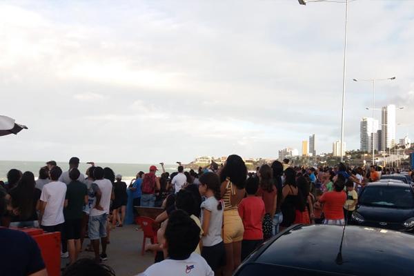 População acompanha apresentação da Esquadrilha da Fumaça na Praia do Meio