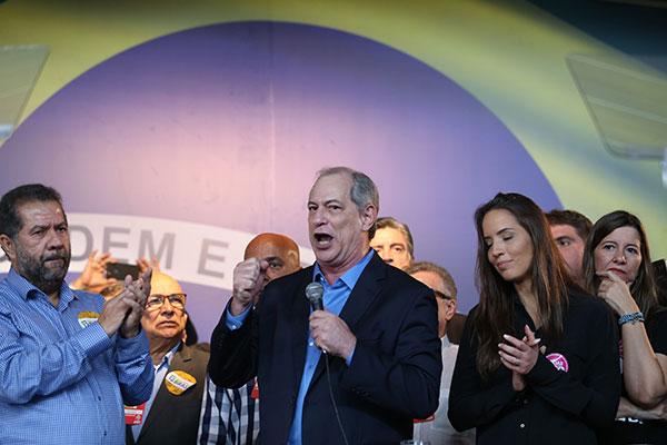 Ciro Gomes, ao lado da companheira Giselle Bezerra e do presidente do partido, Carlos Lupi, discursa durante a Convenção Nacional