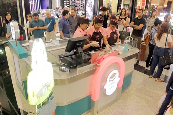 Quiosque da Iceburguer atraiu imprensa, clientes e curiosos na noite de lançamento