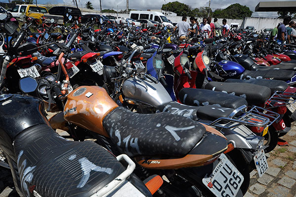 Motos e carros que vão à leilão nesta terça-feira (31) foram apreendidos em ações de fiscalização realizadas em conjunto pelo Detran e Polícia Rodoviária Estadual