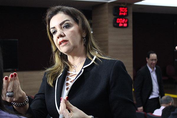 Secretária Judiciária do TRE-RN, Lígia Carlos informa sobre pendências de partidos