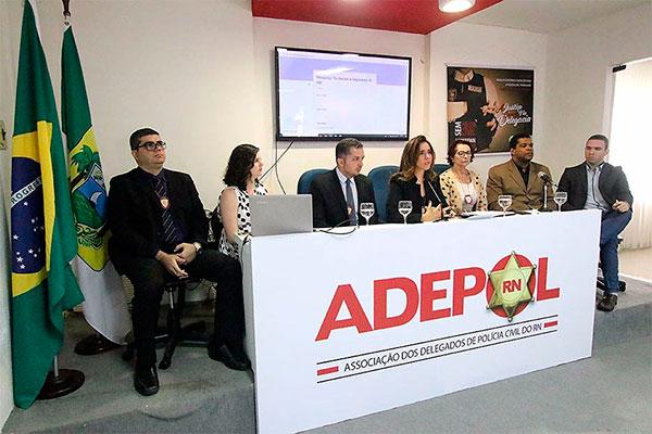 Delegada Paoulla Maués, presidente da Adepol, e outros delegados apresentaram pesquisa ontem