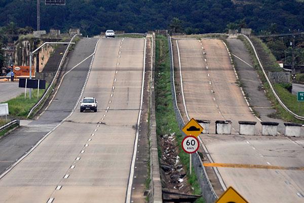 Com problemas estruturais graves desde 2015, quando parte da pista começou a ceder, o viaduto da BR-101, no trecho de Goianinha, foi fechado há pouco mais de 15 dias pelo DNIT. Não há previsão para reparos