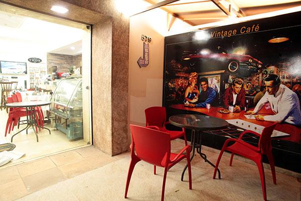 Com 23 anos de mercado, Planeta Vídeo deixa local atrativo com café vintage e novos produtos
