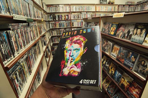 Locadora tem acervo diversificado que inclui dvds de filmes clássico à boa música