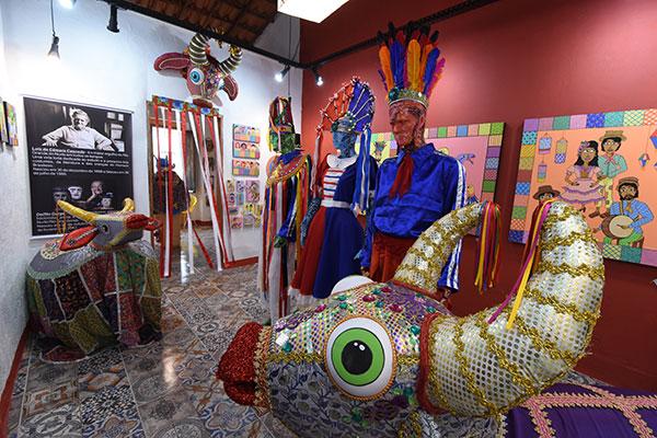 Em seu ateliê-galeria da rua Santo Antônio, Carlos Borges homenageia Inácia Nanan dos Santos, que lhe criou.  Os ilustres Câmara Cascudo e Deífilo Gurgel são lembrados, entre dezenas de peças  — bois, burrinhas, jaraguás e indumentárias dos grupos folclóricos do RN