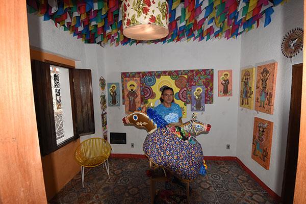 Borges decorou espaço com bandeiras e fitas dos grupos folclóricos