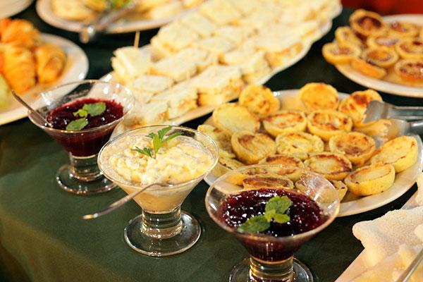 Buffet traz variedade de doces e salgados, geleias e pastas