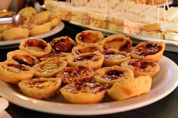 Pasteis de nata e sanduíches leves acompanham cafés e drinques