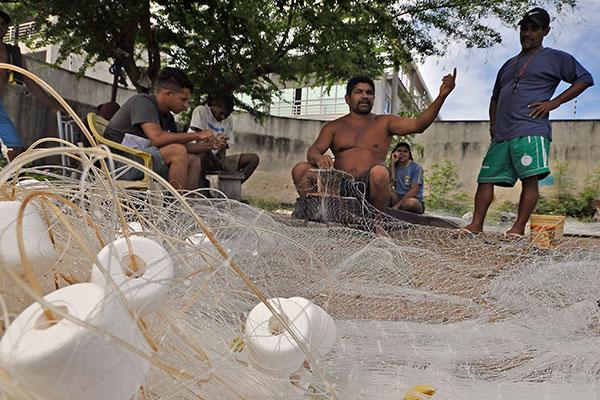 Pescadores afirmam que só vão desocupar a área da Rampa após definição de novo local. Mais de 80 famílias esperam solução