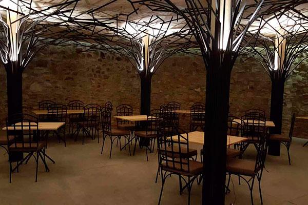 Arquitetura do Taverna é atrativo com suas as colunas de ferro que lembram árvores futuristas